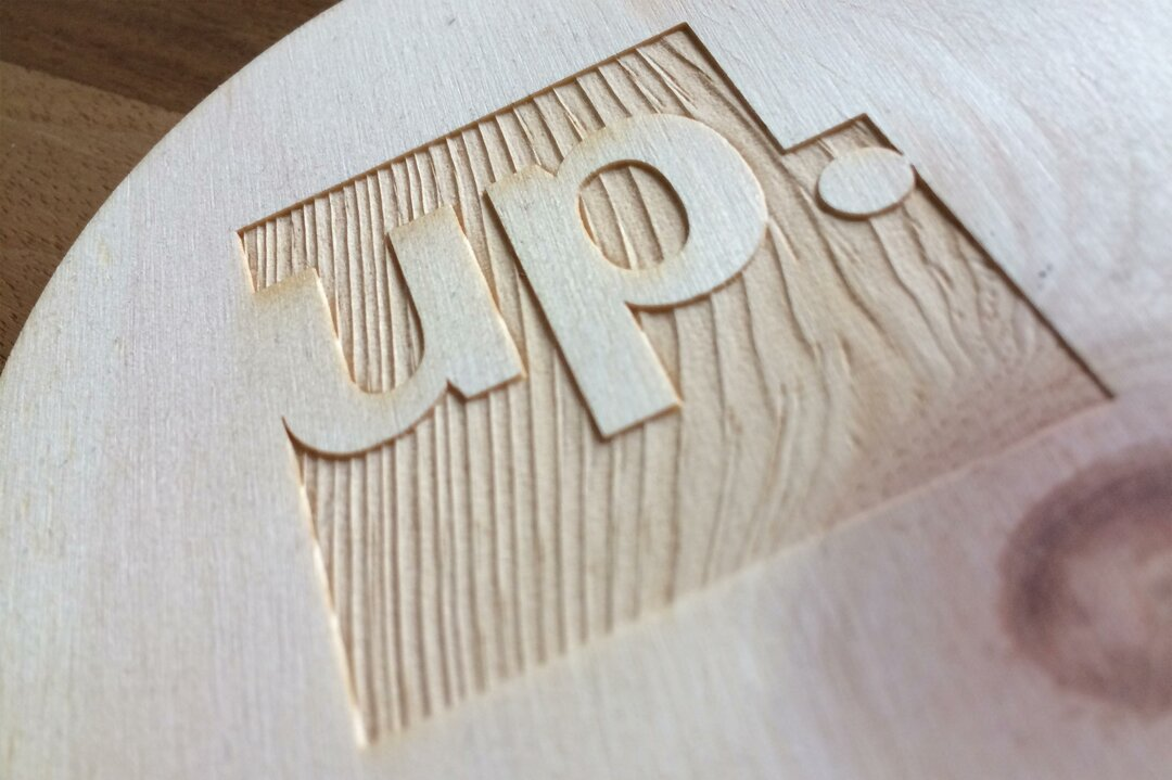 up! Logo in Holz graviert